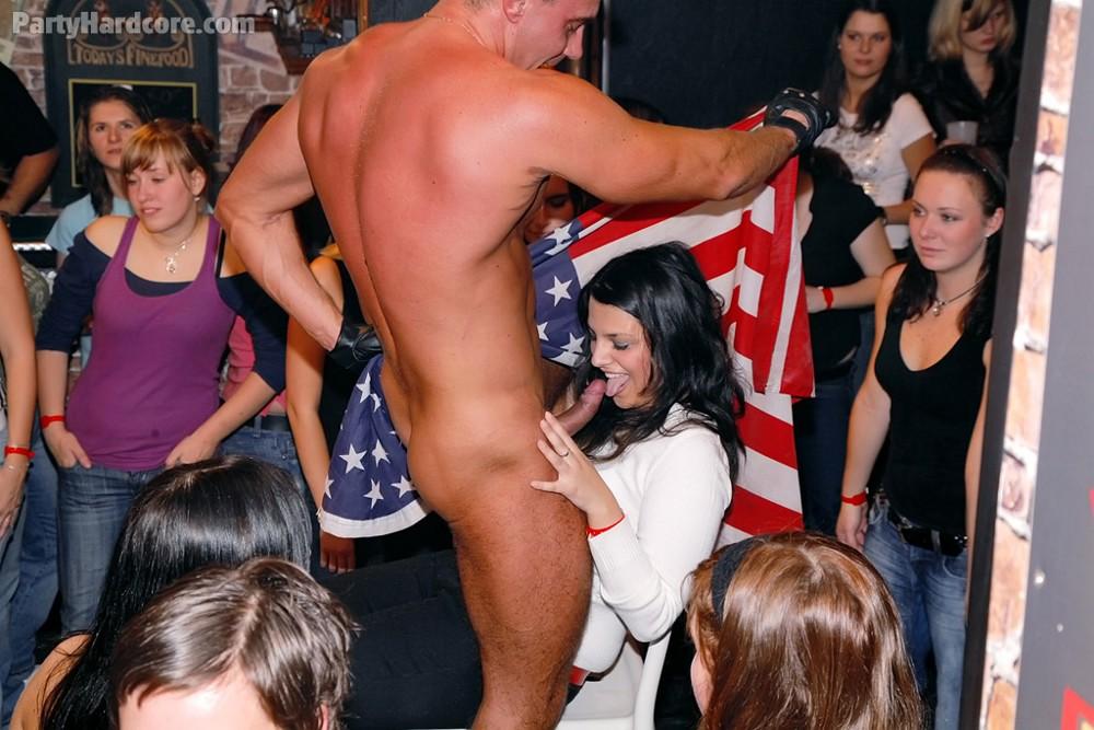 Девчонки оголяются в клубе порно